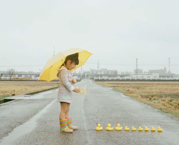 Κοριτσάκι ποζάρει σε διασκεδαστικές καταστάσεις (14)