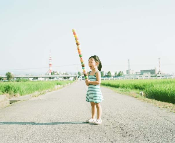 Κοριτσάκι ποζάρει σε διασκεδαστικές καταστάσεις (17)