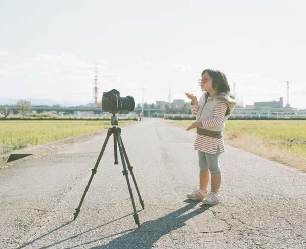 Κοριτσάκι ποζάρει σε διασκεδαστικές καταστάσεις (18)