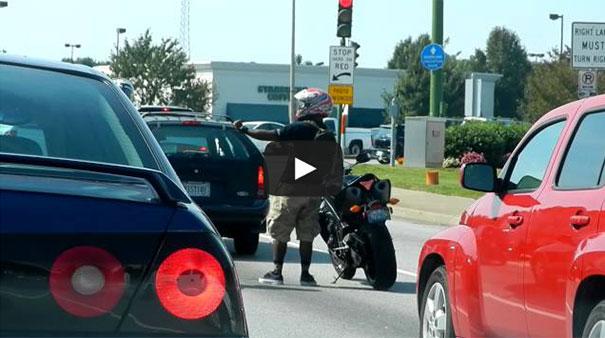 Μοτοσικλετιστής στο φανάρι