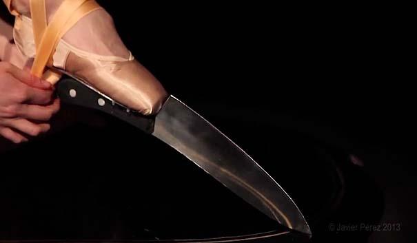 Μπαλαρίνα χορεύει πάνω σε μαχαίρια (3)