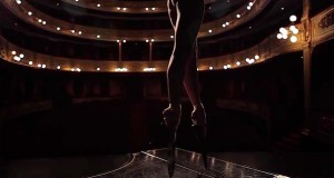 Μπαλαρίνα κόβει την ανάσα χορεύοντας πάνω σε τεράστια μαχαίρια (Video)