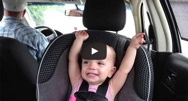 Μωρό 20 μηνών τραγουδάει Έλβις στο αυτοκίνητο