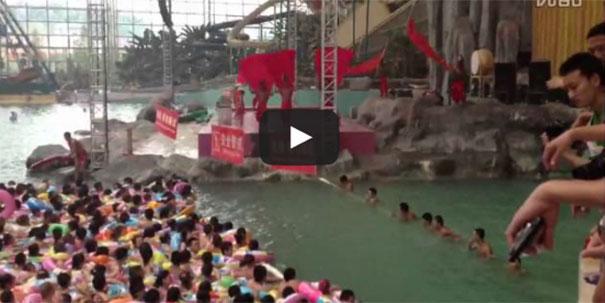 Περιμένοντας το κύμα σε πισίνα της Κίνας