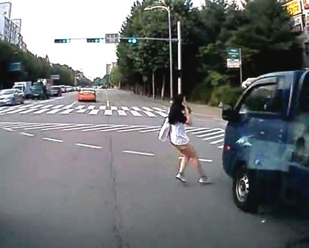 Πεζή περνάει τον δρόμο μιλώντας στο κινητό