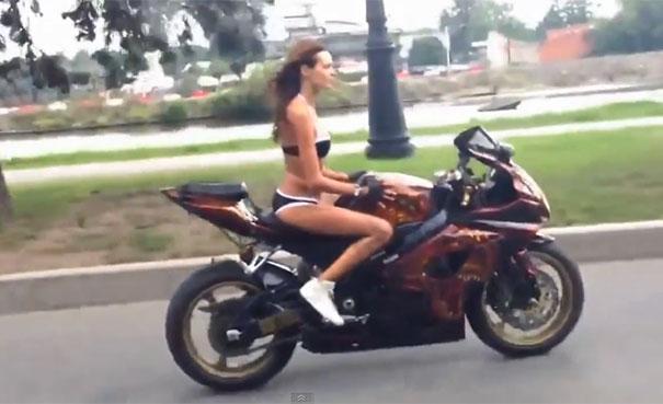 Ακροβατώντας πάνω σε κινούμενη μοτοσικλέτα