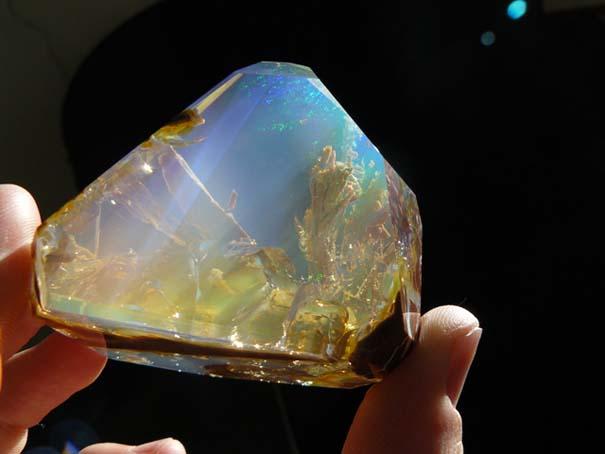 Εντυπωσιακός κρύσταλλος οπαλίου μοιάζει με μικροσκοπικό ενυδρείο (1)