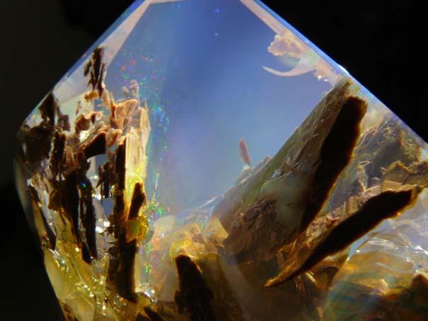Εντυπωσιακός κρύσταλλος οπαλίου μοιάζει με μικροσκοπικό ενυδρείο (3)