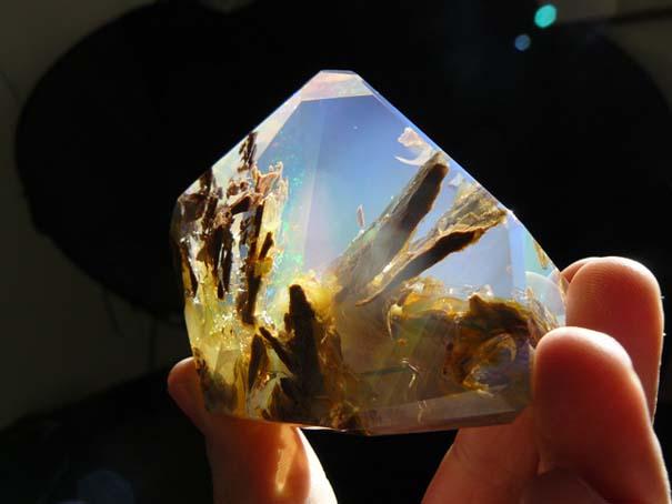 Εντυπωσιακός κρύσταλλος οπαλίου μοιάζει με μικροσκοπικό ενυδρείο (4)