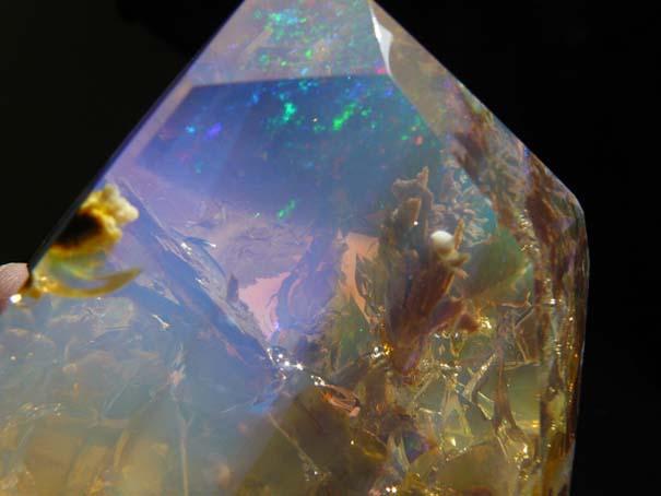 Εντυπωσιακός κρύσταλλος οπαλίου μοιάζει με μικροσκοπικό ενυδρείο (7)
