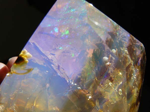 Εντυπωσιακός κρύσταλλος οπαλίου μοιάζει με μικροσκοπικό ενυδρείο (9)