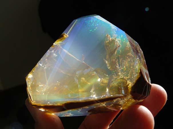Εντυπωσιακός κρύσταλλος οπαλίου μοιάζει με μικροσκοπικό ενυδρείο (10)