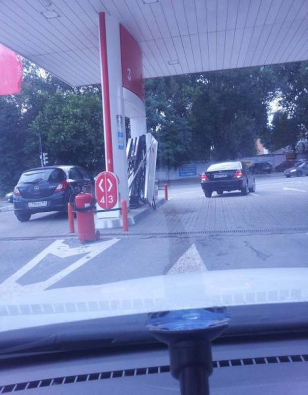 Ξανθιά οδηγός σε βενζινάδικο (1)