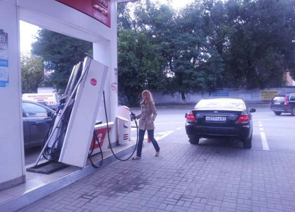 Ξανθιά οδηγός σε βενζινάδικο (2)