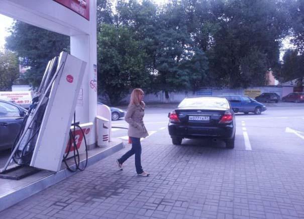Ξανθιά οδηγός σε βενζινάδικο (3)