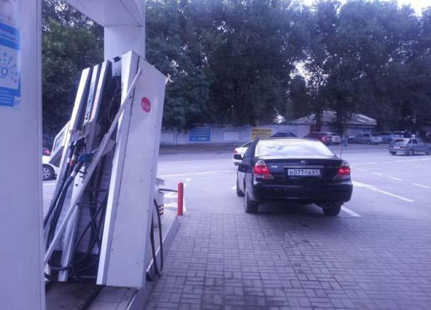 Ξανθιά οδηγός σε βενζινάδικο (4)