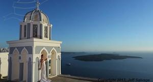 Μια νύφη φωτογραφίζεται με το νυφικό της σε όλο τον κόσμο