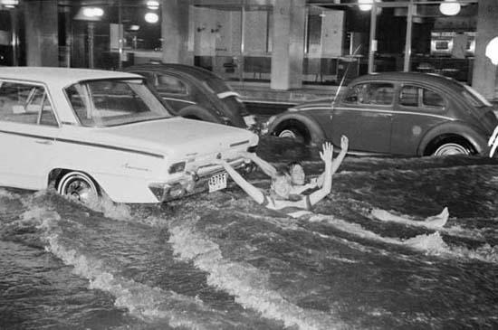Όταν μια πλημμύρα γίνεται... αφορμή για διασκέδαση (2)