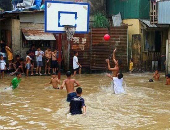 Όταν μια πλημμύρα γίνεται... αφορμή για διασκέδαση (6)