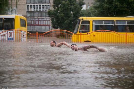 Όταν μια πλημμύρα γίνεται... αφορμή για διασκέδαση (18)