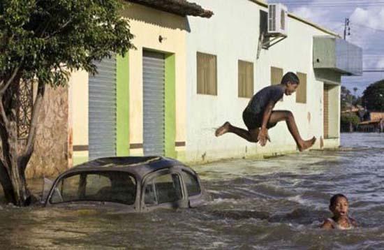 Όταν μια πλημμύρα γίνεται... αφορμή για διασκέδαση (32)