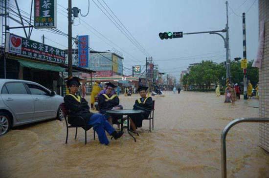 Όταν μια πλημμύρα γίνεται... αφορμή για διασκέδαση (44)