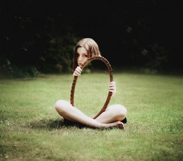 «Ο καθρέφτης με κάνει αόρατη» | Φωτογραφία της ημέρας