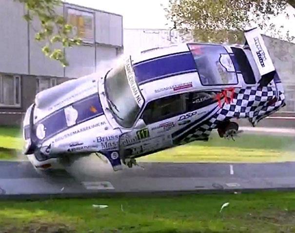 Σοκαριστικό ατύχημα με Πόρσε σε αγώνα ράλι