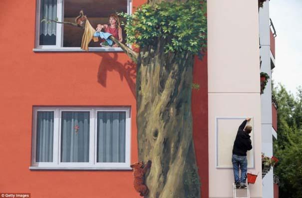 Τεράστια και εντυπωσιακή τοιχογραφία σε μια ολόκληρη γειτονιά (2)