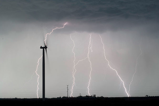 Ανεμογεννήτρια κατά τη διάρκεια καταιγίδας