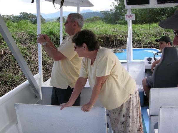 Ατρόμητος ξεναγός σε ποτάμι με κροκόδειλους (8)