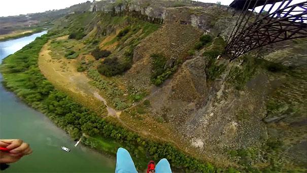 Base Jump από γέφυρα με προσγείωση - έκπληξη