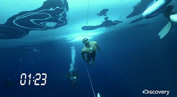 Ο άνθρωπος που κολύμπησε 76 μέτρα κάτω από τον πάγο με μια ανάσα
