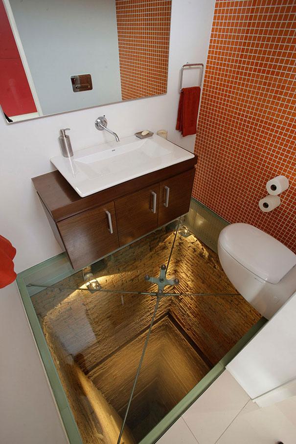 Γυάλινο πάτωμα μπάνιου που προκαλεί τρόμο | Φωτογραφία της ημέρας