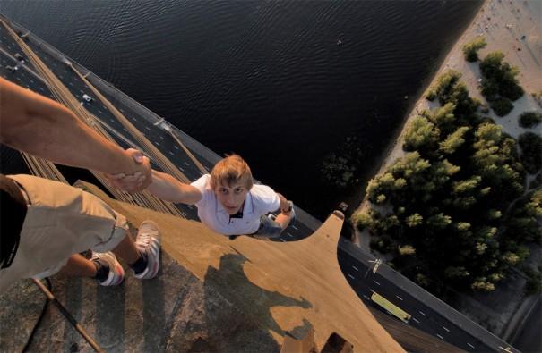 Κρεμασμένος σε 115 μέτρα ύψος | Φωτογραφία της ημέρας