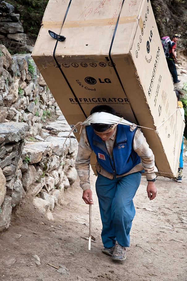 Παράδοση ψυγείου στο Νεπάλ | Φωτογραφία της ημέρας