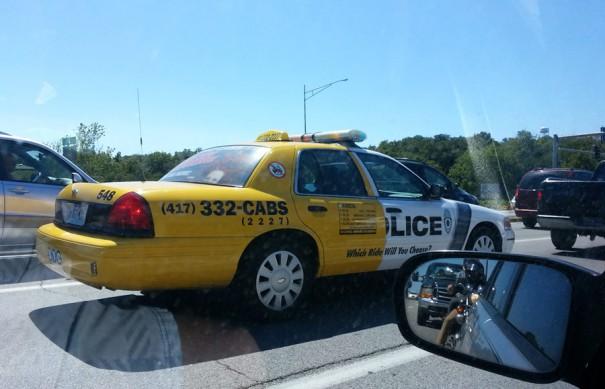 Τι επιλέγεις: Περιπολικό ή ταξί; | Φωτογραφία της ημέρας