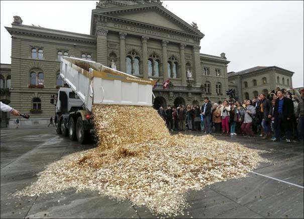 Πλημμύρα από νομίσματα σε πλατεία της Ελβετίας (1)