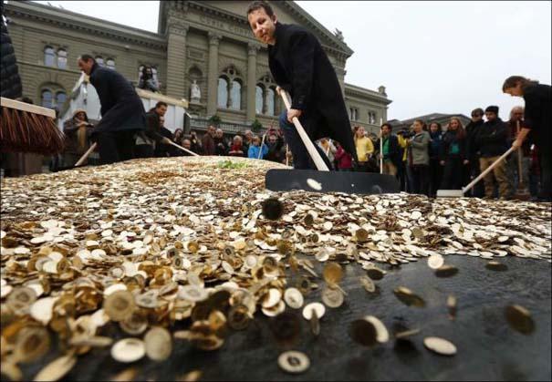 Πλημμύρα από νομίσματα σε πλατεία της Ελβετίας (2)