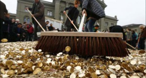 Πλημμύρα από νομίσματα σε πλατεία της Ελβετίας