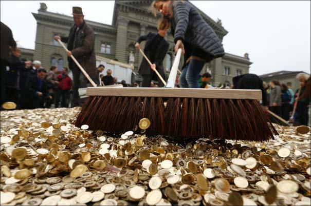 Πλημμύρα από νομίσματα σε πλατεία της Ελβετίας (3)
