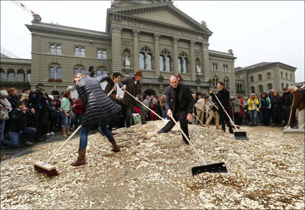 Πλημμύρα από νομίσματα σε πλατεία της Ελβετίας (4)