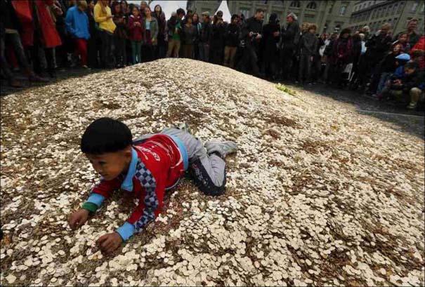 Πλημμύρα από νομίσματα σε πλατεία της Ελβετίας (5)