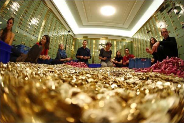 Πλημμύρα από νομίσματα σε πλατεία της Ελβετίας (8)