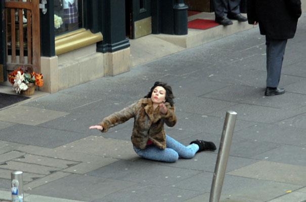 Η Scarlett Johansson έπεσε... και το Internet ανέλαβε δράση! (1)