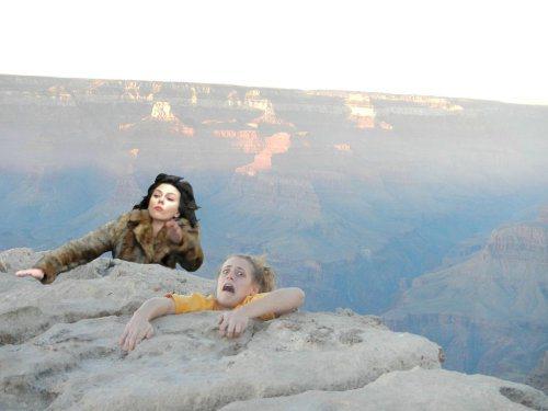 Η Scarlett Johansson έπεσε... και το Internet ανέλαβε δράση! (15)