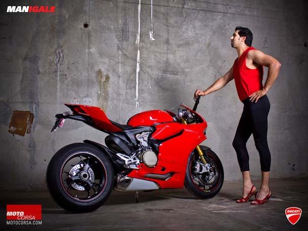 Άνδρες ποζάρουν με μοτοσυκλέτες σαν μοντέλα (5)