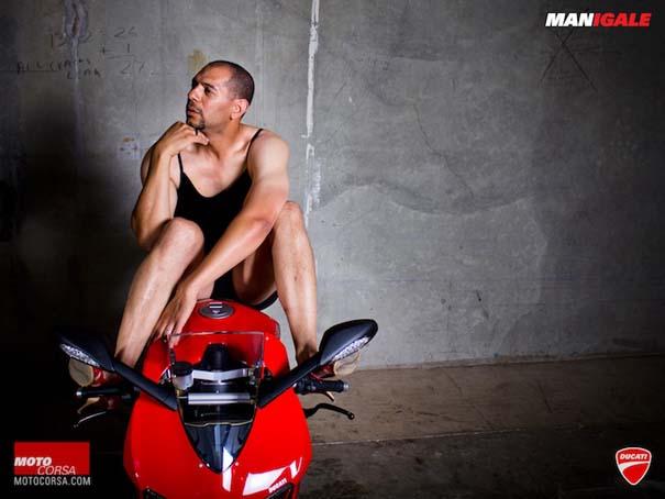 Άνδρες ποζάρουν με μοτοσυκλέτες σαν μοντέλα (13)