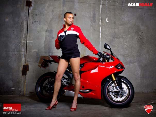Άνδρες ποζάρουν με μοτοσυκλέτες σαν μοντέλα (15)