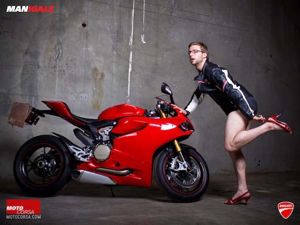 Άνδρες ποζάρουν με μοτοσυκλέτες σαν μοντέλα (17)